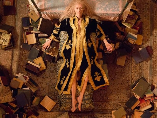 Only Lovers Left Alive: Tilda Swinton sdraiata sul letto e circondata da libri