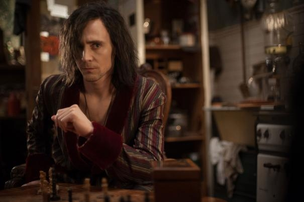 Only Lovers Left Alive: Tom Hiddleston con lo sguardo corrucciato di fronte a una scacchiera
