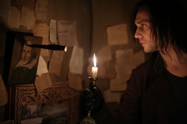 Only Lovers Left Alive: Tom Hiddleston infilza con un coltello la foto di William Shakespeare