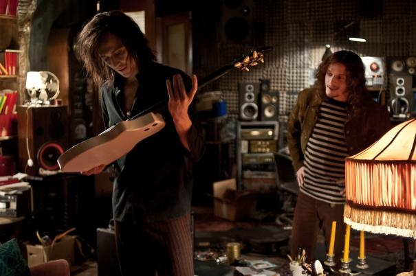 Only Lovers Left Alive: Tom Hiddleston osserva una chitarra insieme a Anton Yelchin
