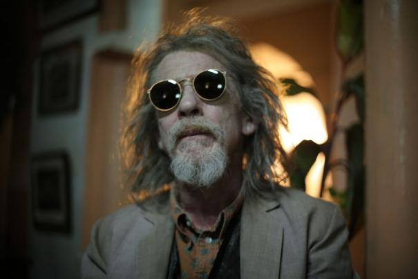 Only Lovers Left Alive: un primo piano di John Hurt in versione vampiresca