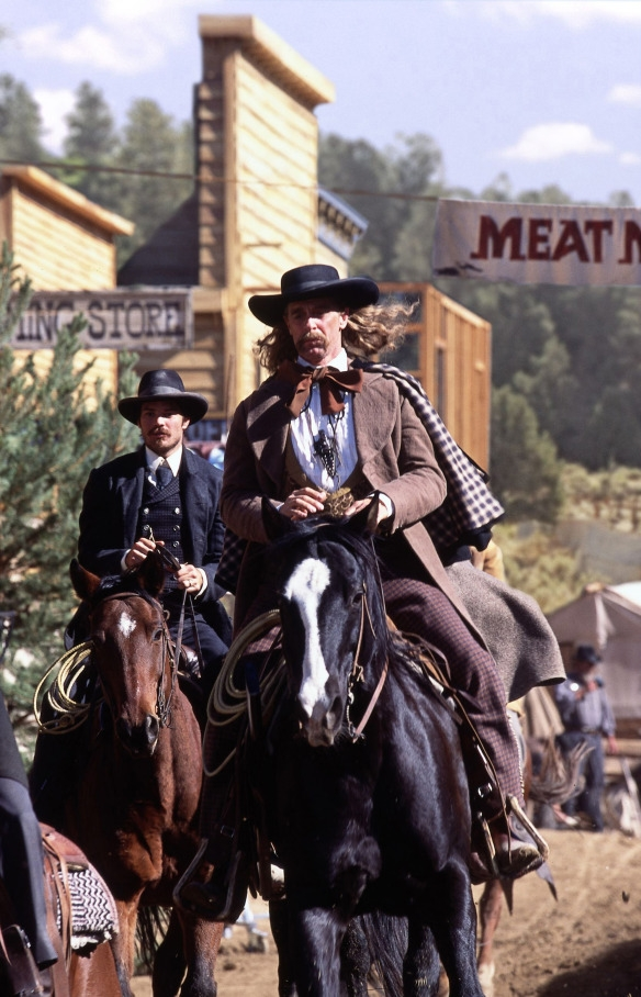 Deadwood: Timothy Olyphant con Keith Carradine in un'immagine della prima stagione