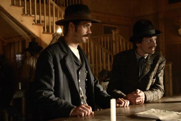 Deadwood: Timothy Olyphant e John Hawkes nella prima stagione della serie