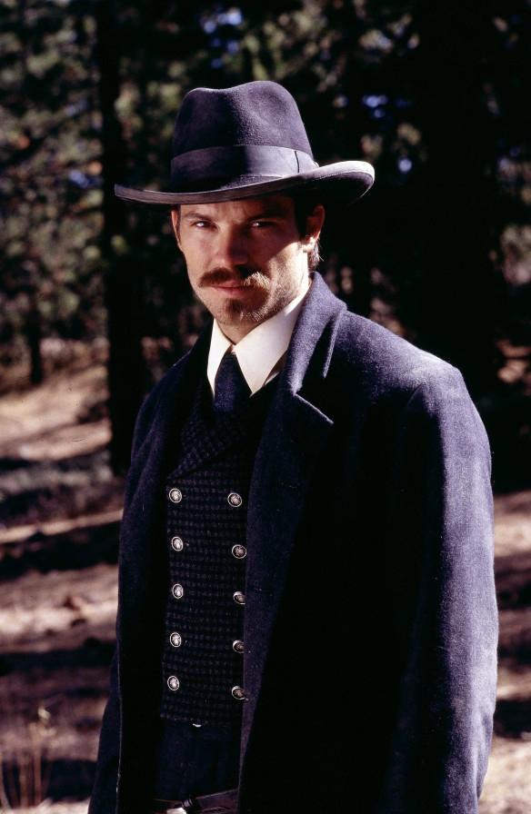 Deadwood: Timothy Olyphant in un'immagine promozionale della prima stagione