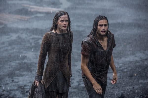 Noah: Douglas Booth ed Emma Watson sotto il diluvio