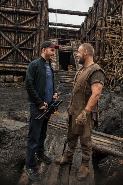 Noah: il regista Darren Aronofsky e Russell Crowe scherzano sul set