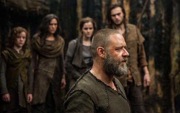 Noah: Russell Crowe con alle spalle Douglas Booth, Emma Watson, Jennifer Connelly e Gavin Casalegno sull'arca