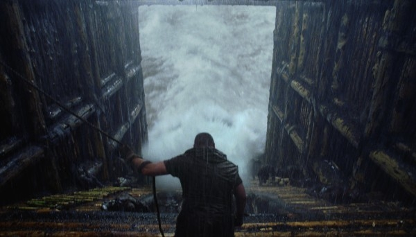 Noah: Russell Crowe di spalle osserva l'acqua salire