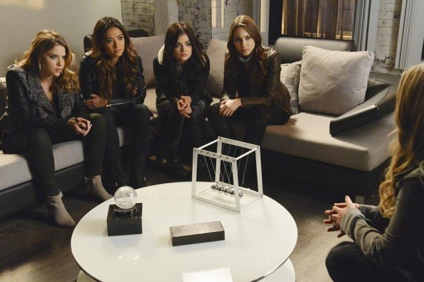 Pretty Little Liars: Sasha Pieterse, Shay Mitchell, Troian Bellisario, Ashley Benson e Lucy Hale nell'episodio A is for Answers