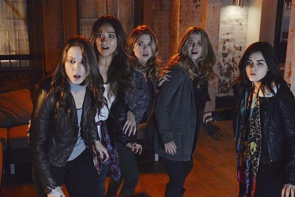 Pretty Little Liars: Sasha Pieterse, Troian Bellisario, Ashley Benson, Shay Mitchell e Lucy Hale nell'episodio A is for Answers