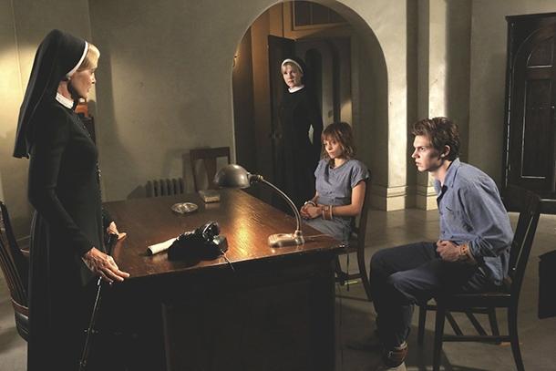 American Horror Story Asylum: Franka Potente e Sarah Paulson in I Am Anne Frank part 1