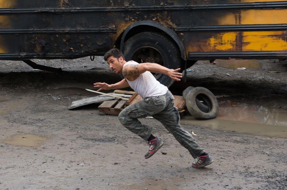 Brick Mansions: David Belle in fuga in una scena d'azione del film
