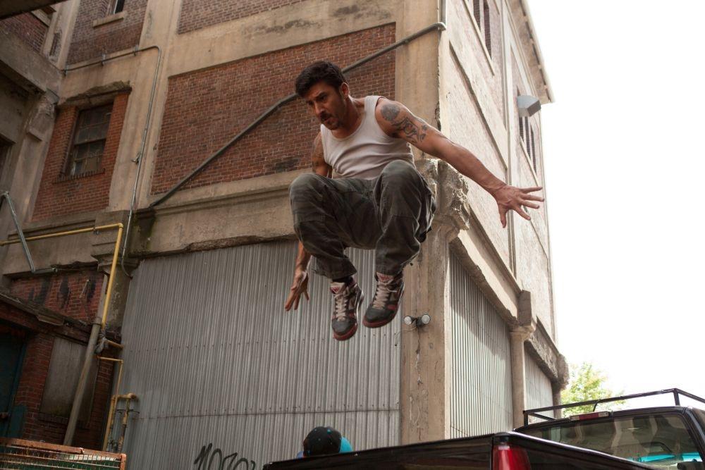 Brick Mansions: David Belle in una scena d'azione del film