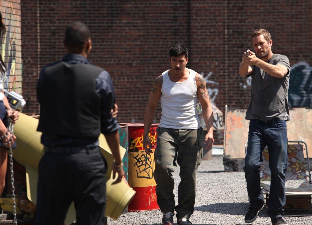 Brick Mansions: Paul Walker con David Belle in una scena del film