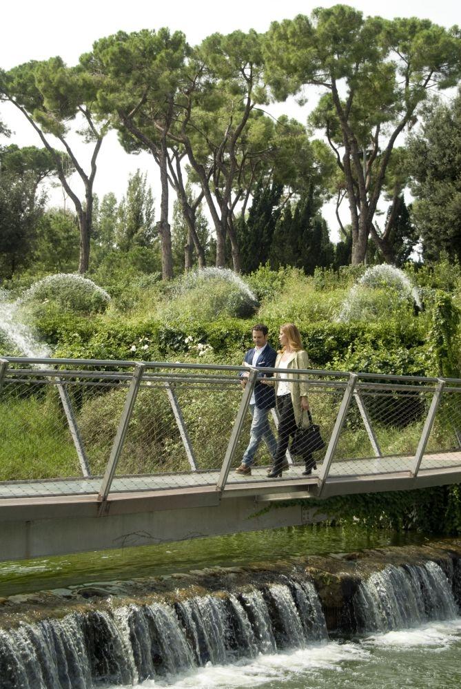 Ti sposo ma non troppo: Gabriele Pignotta e Vanessa Incontrada passeggiano in una scena del film