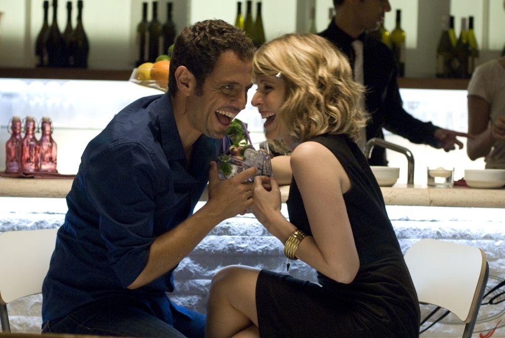 Ti sposo ma non troppo: Gabriele Pignotta flirta con una donna in una scena del film