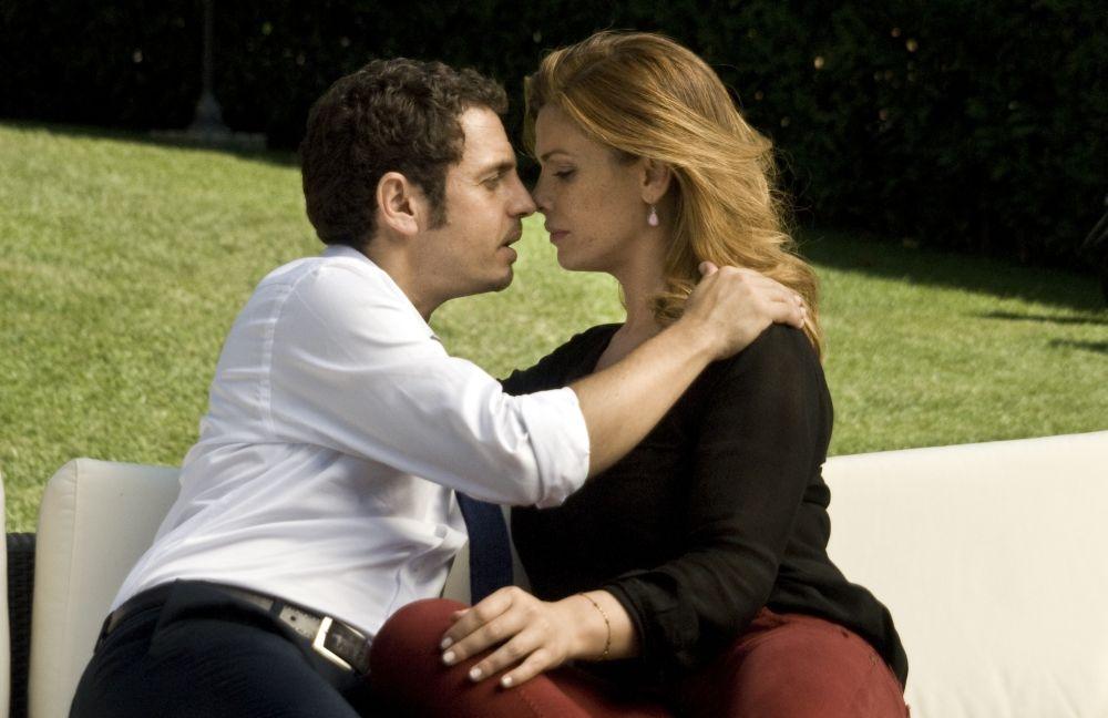 Ti sposo ma non troppo: Gabriele Pignotta in una scena romantica del film con Vanessa Incontrada