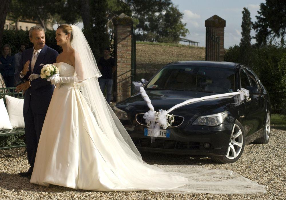 Ti sposo ma non troppo: Vanessa Incontrada pronta per l'altare in un'immagine dal set