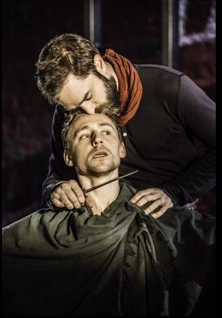 Coriolanus: Tom Hiddleston in una scena