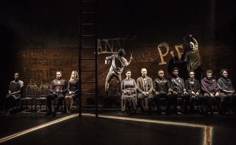 Coriolanus: una scena di gruppo del dramma con Tom Hiddleston