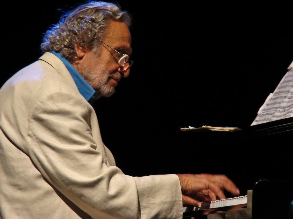 Luis Enriquez Bacalov durante un concerto in una foto promozionale