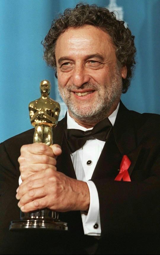 Luis Enriquez Bacalov stringe il premio Oscar vinto nel 1996 con la colonna sonora de Il postino