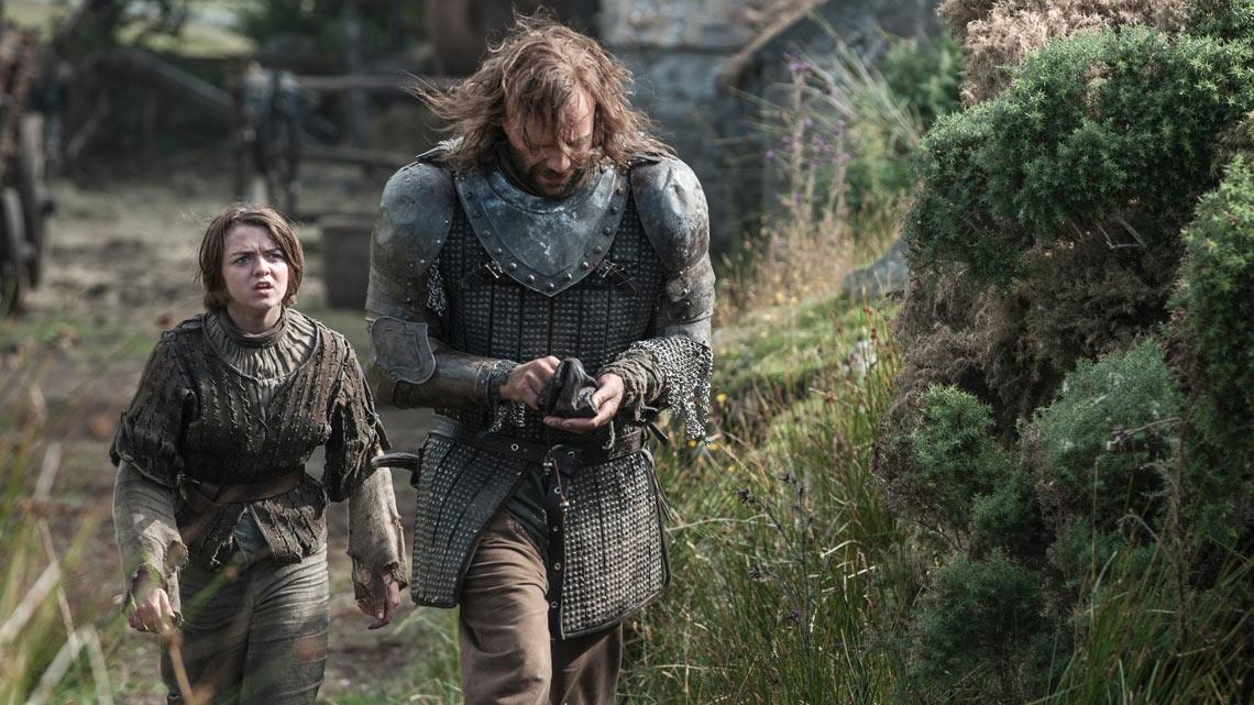 Il trono di spade: Maisie Williams e Rory McCann in una scena della quarta stagione