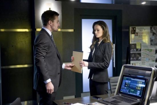 Arrow: Stephen Amell con Summer Glau in un momento dell'episodio Deathstroke