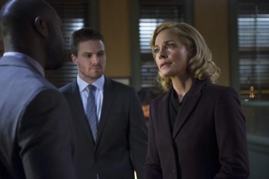 Arrow: Stephen Amell con Susanna Thompson in una scena dell'episodio Deathstroke
