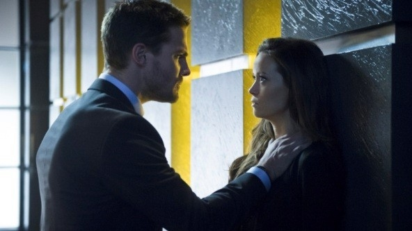 Arrow: Stephen Amell e Summer Glau in un momento dell'episodio Deathstroke