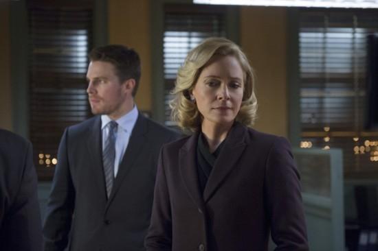 Arrow: Stephen Amell e Susanna Thompson in una scena dell'episodio Deathstroke
