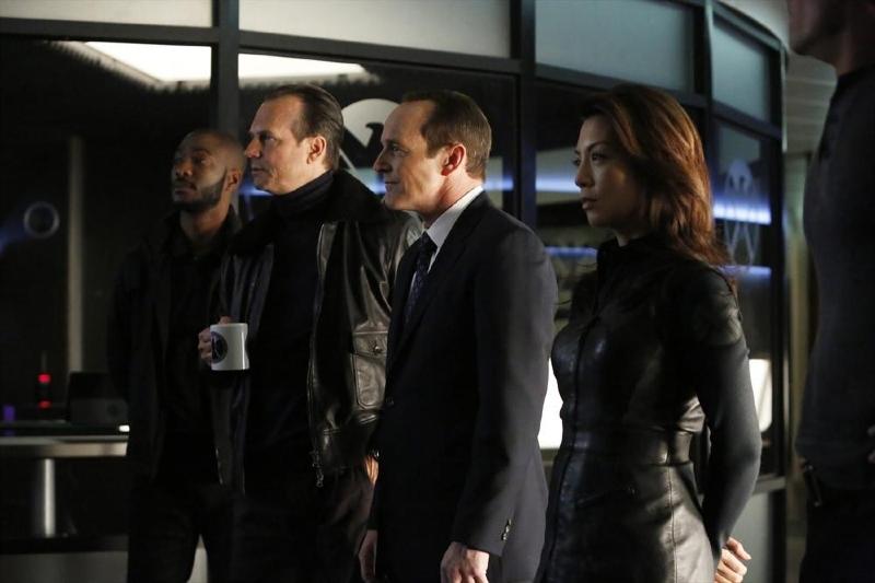 Agents of S.H.I.E.L.D.: Clark Gregg, Ming-Na Wen, Bill Paxton in una scena di gruppo nell'episodio End of the Beginning