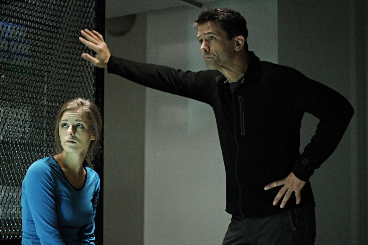 Helix: Jordan Hayes e Billy Campbell in una scena dell'episodio Vector della prima stagione