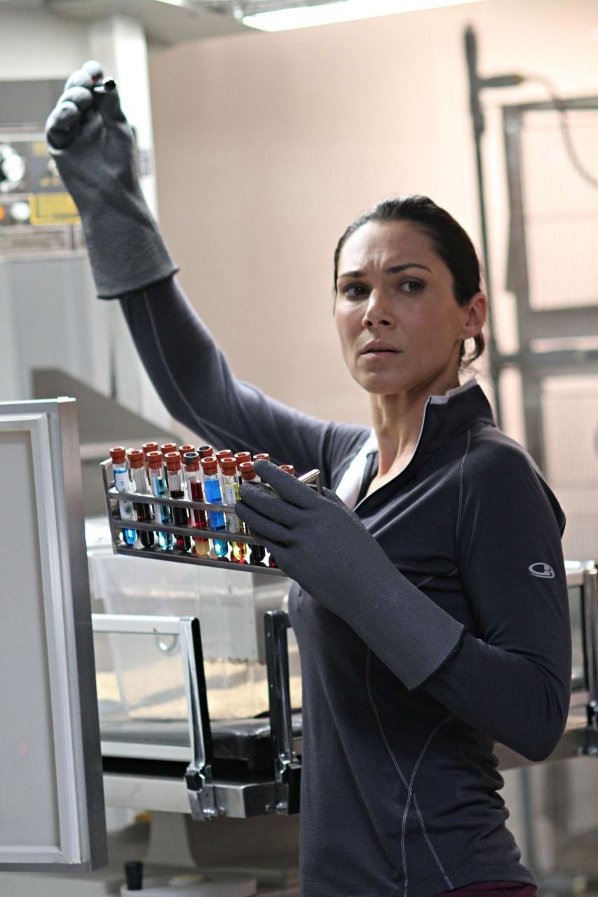 Helix: Kyra Zagorsky in una scena dell'episodio Vector