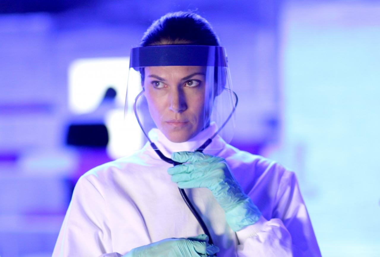 Helix: Kyra Zagorsky in una scena dell'episodio Vector della prima stagione