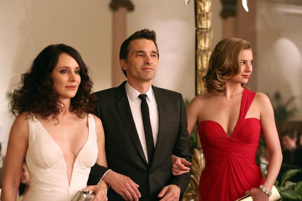 Revenge: Olivier Martinez, Emily VanCamp e Madeleine Stowe in una scena dell'episodio Addiction, della terza stagione