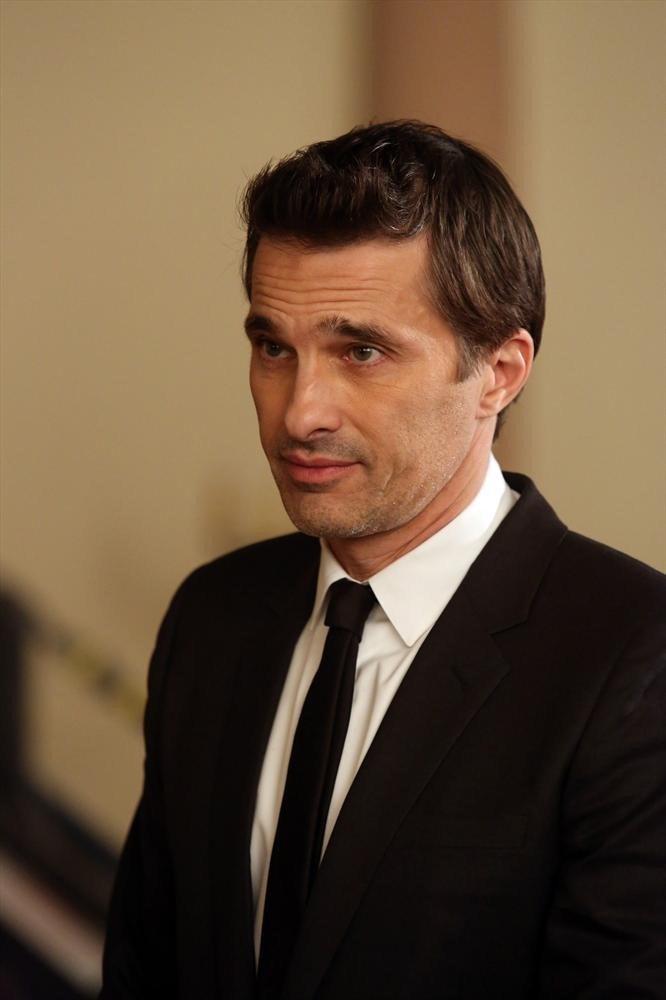 Revenge: Olivier Martinez in una scena dell'episodio Addiction, della terza stagione