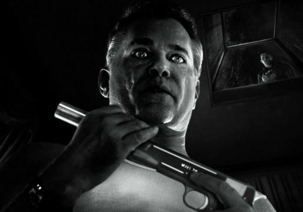 Sin City - Una donna per cui uccidere: un primo piano di Ray Liotta con Josh Brolin sullo sfondo
