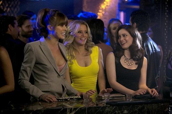 Walk of Shame: Elizabeth Banks fa festa con le amiche Gillian Jacobs e Sarah Wright