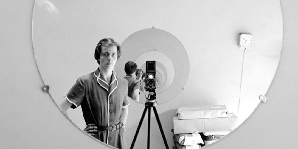 Alla ricerca di Vivian Maier: un'immagine della famosa fotografa in una scena del documentario