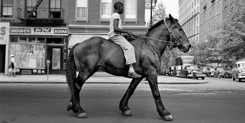 Alla ricerca di Vivian Maier: uno dei celebri scatti della fotografa in un'immagine del film