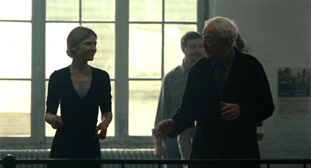 Mister Morgan: Michael Caine a scuola di ballo da Clémence Poésy in una scena del film
