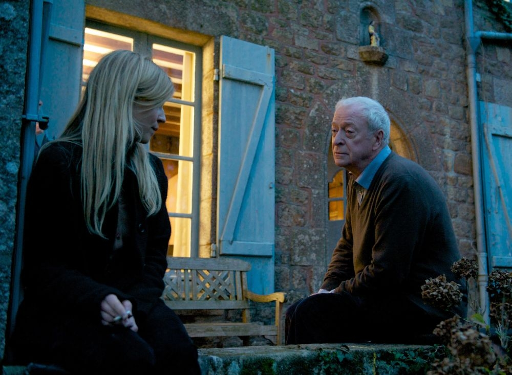 Mister Morgan: Michael Caine chiacchiaera teneramente con Clémence Poésy in una scena