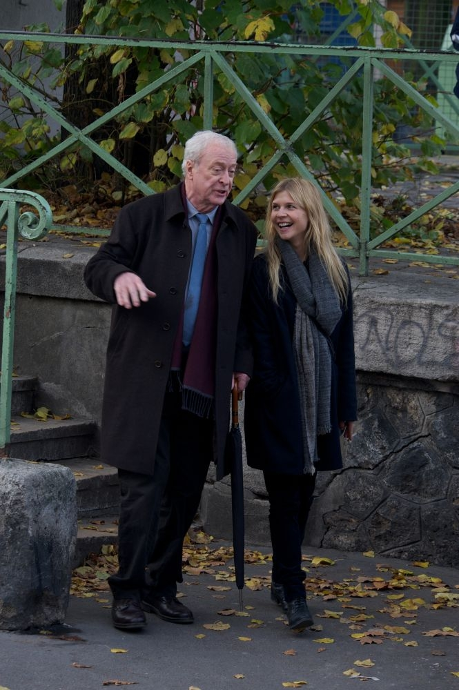 Mister Morgan: Michael Caine passeggia con Clémence Poésy in una scena