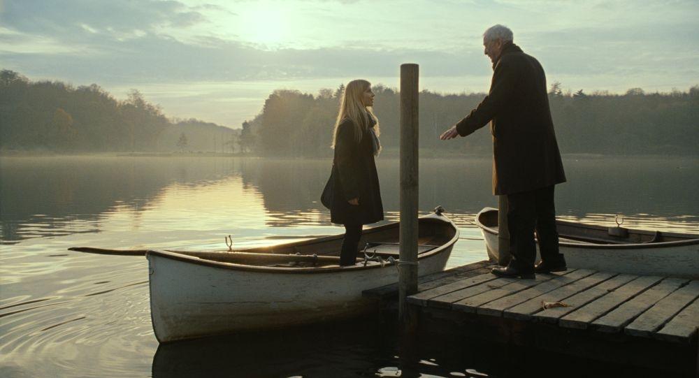 Mister Morgan: Michael Caine sul lago con Clémence Poésy in una scena