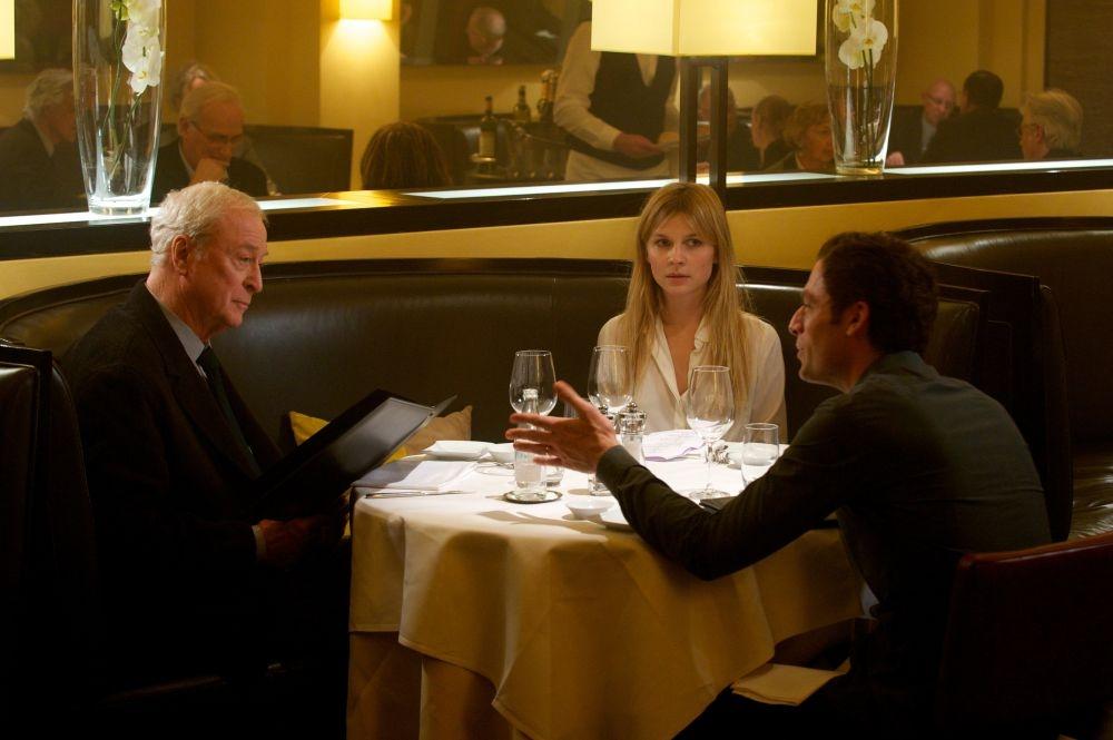 Mister Morgan: Michael Caine con Clémence Poésy e Justin Kirk durante una cena chiarificatrice