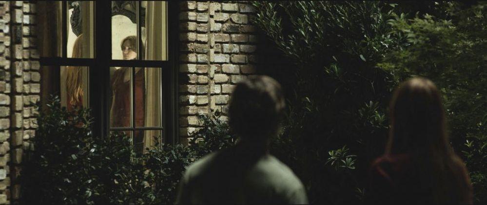 Oculus: Brenton Thwaites e Karen Gillan in una scena terrorizzante del film