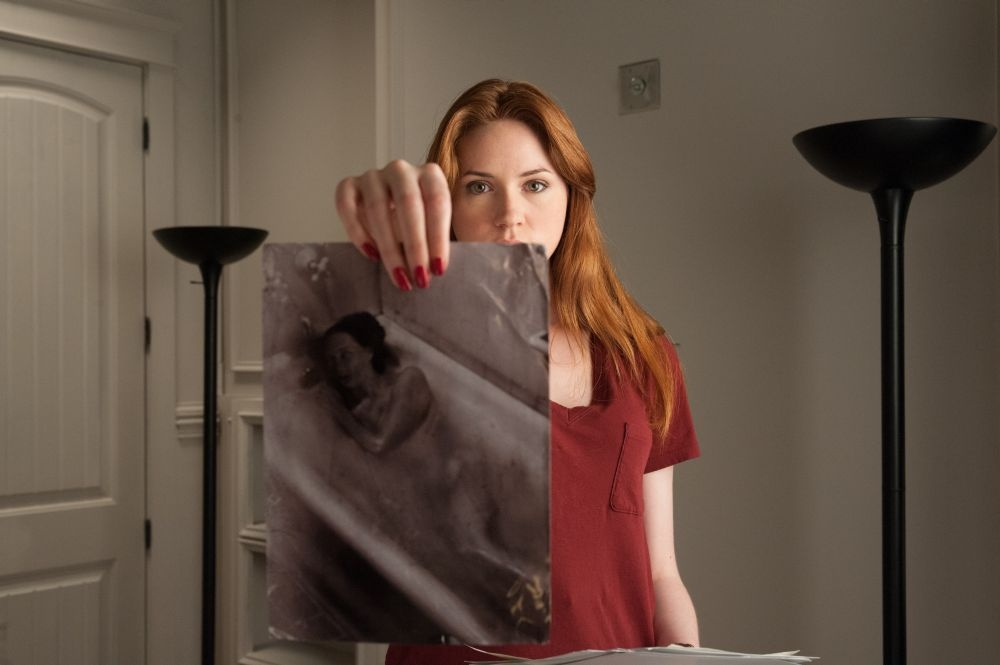 Oculus: Karen Gillan in un'inquietante scena dell'horror