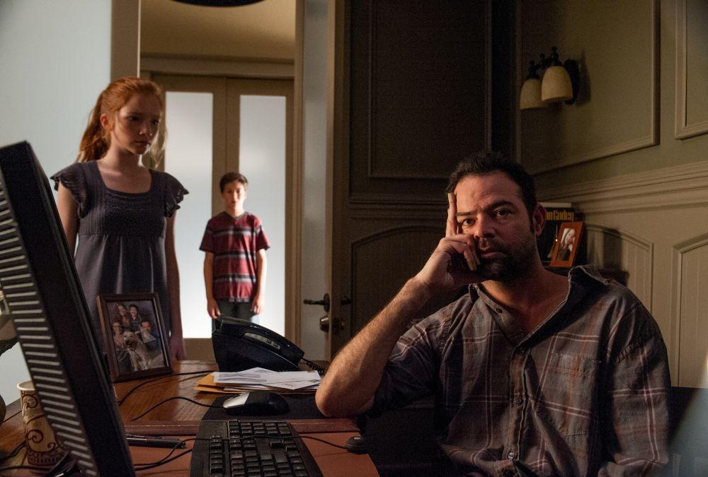 Oculus: Rory Cochrane in una scena con i piccoli Garrett Ryan e Annalise Basso