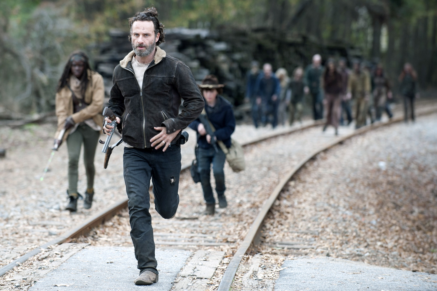 The Walking Dead: Andrew Lincoln, Chandler Riggs e Danai Gurira in fuga dai morti viventi nell'episodio A